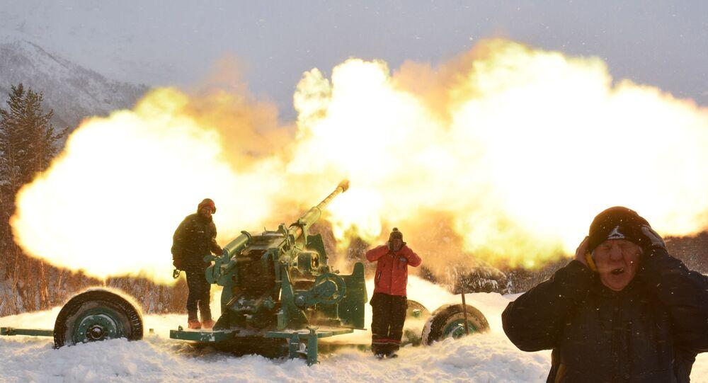 Especialistas de equipe contra avalanches dispara projéteis de canhão contra encosta de montanha no vilarejo de Terskol na república de Cabardino-Balcária, na Rússia