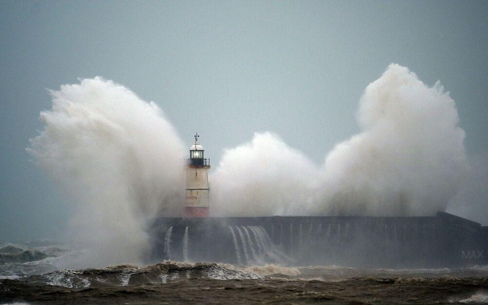 Grandes ondas atingem o farol de Newhaven na costa sul do Reino Unido