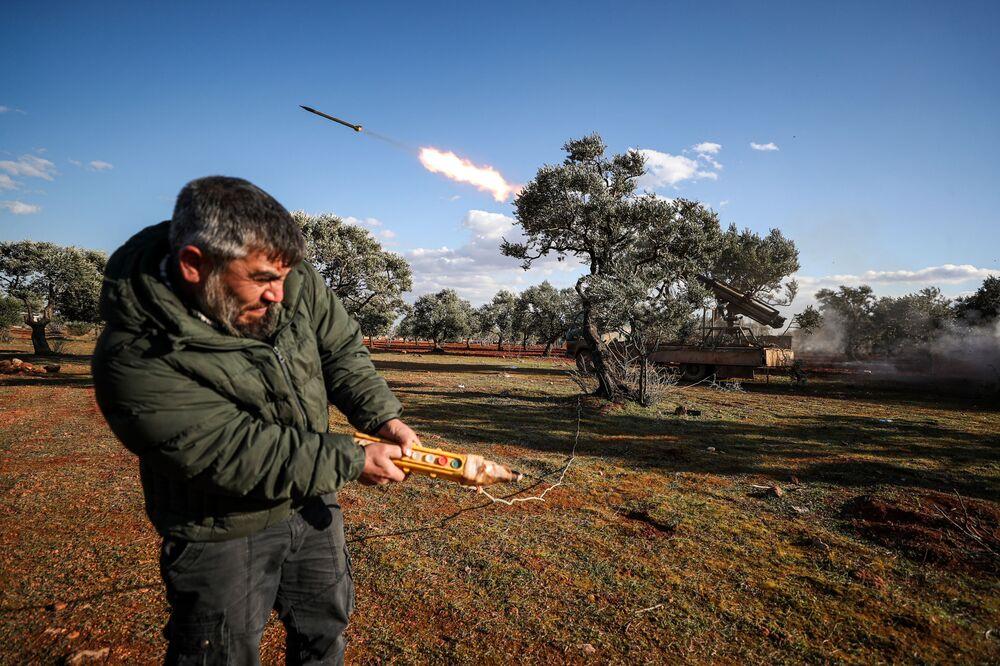 Rebelde sírio dispara à distância foguete a partir de plataforma contra posições do Exército sírio localizadas no sul da província de Aleppo