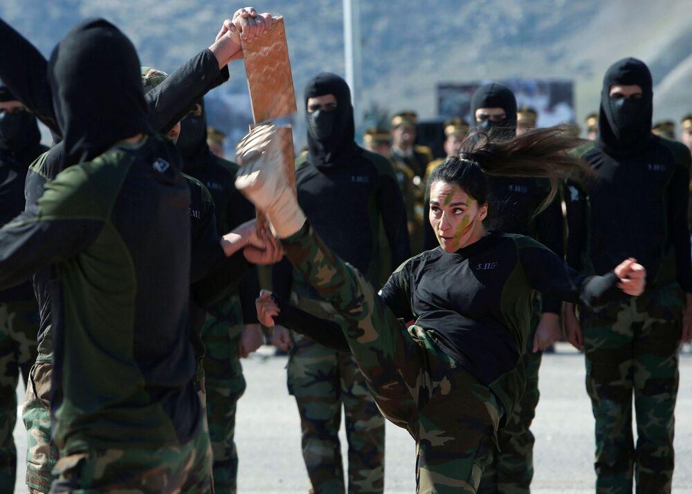 Membros das Forças Especiais Peshmerga curdas demonstram destreza durante cerimônia de graduação no distrito de Soran, Iraque