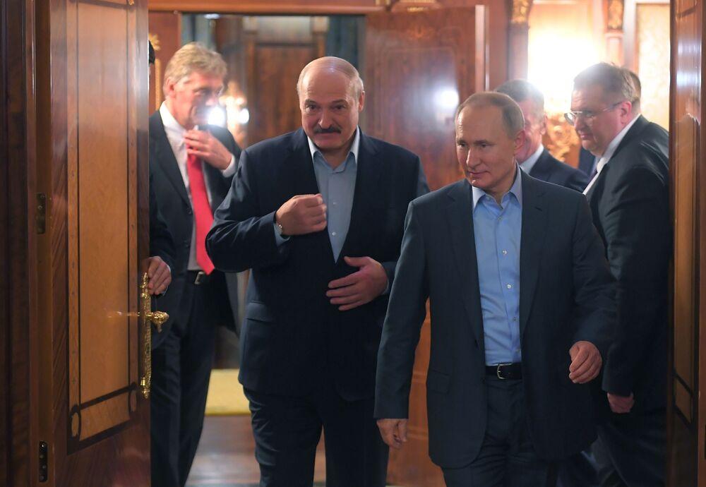 Presidente bielorrusso, Aleksandr Lukashenko, encontra-se com seu homólogo russo, Vladimir Putin, na cidade russa de Sochi