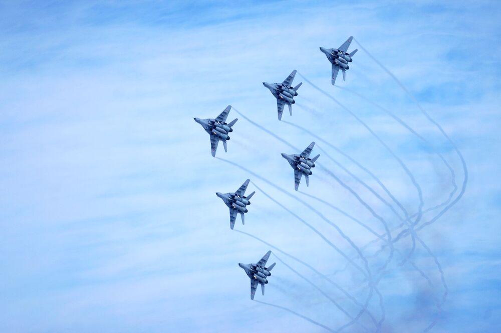 Aeronaves russas da esquadrilha de acrobacia aérea Strizhi durante uma campanha de incentivo ao serviço militar em aeródromo de Krasnodar, Rússia