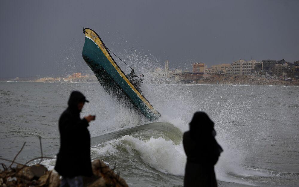Pescadores palestinos enfrentam fortes ondas no litoral de Gaza