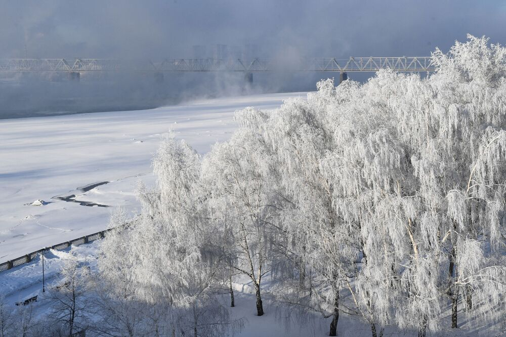 Orla do rio russo Ob na cidade siberiana de Novossibirsk