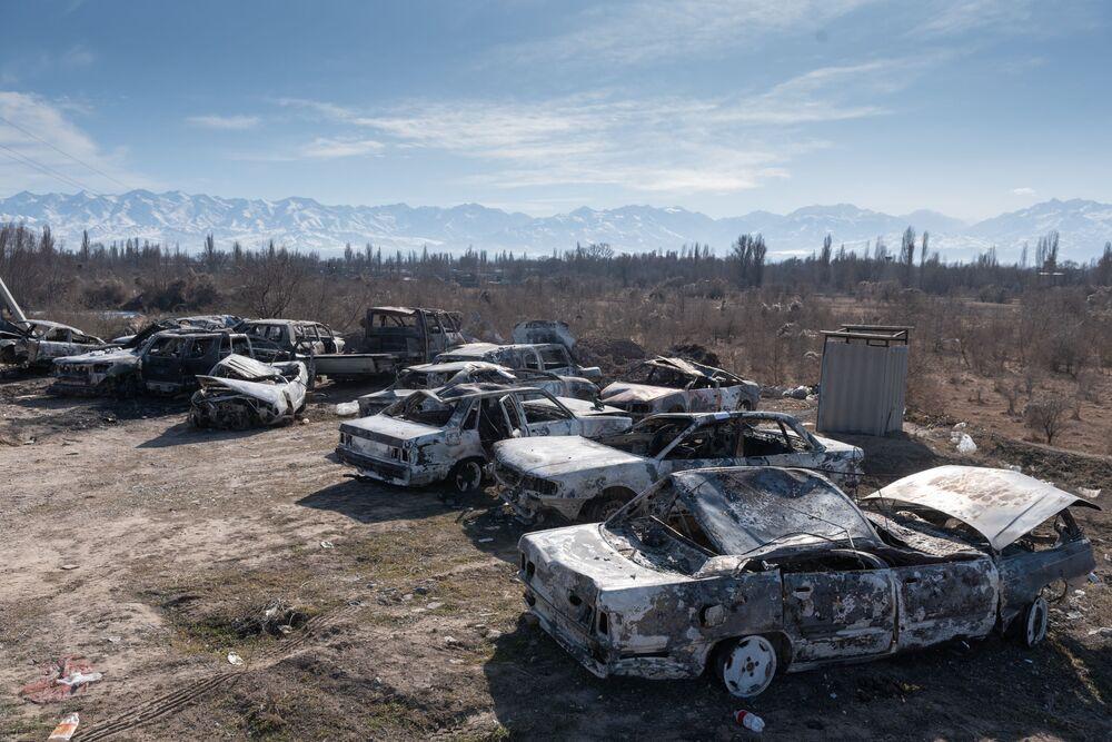 Carros incendiados durante distúrbios em massa no Cazaquistão