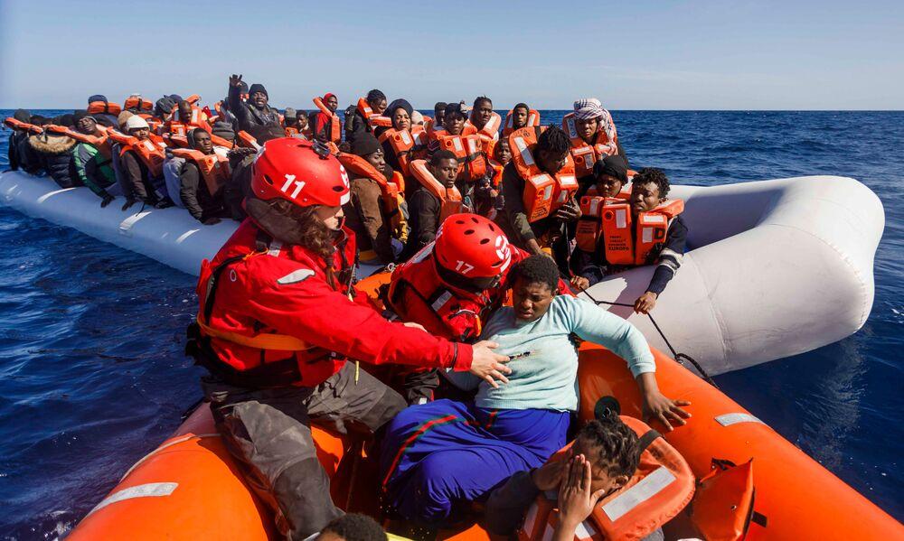 Membros da ONG espanhola Maydayterraneo resgatando 90 migrantes em barcos no litoral da Líbia
