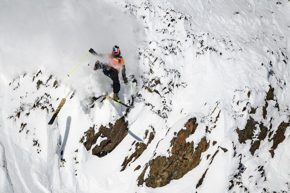 Esquiador canadense Logan Pehota perdendo parte de seu equipamento durante prova masculina da segunda fase da competição Freeride World Tour de ski e snowboard no Canadá