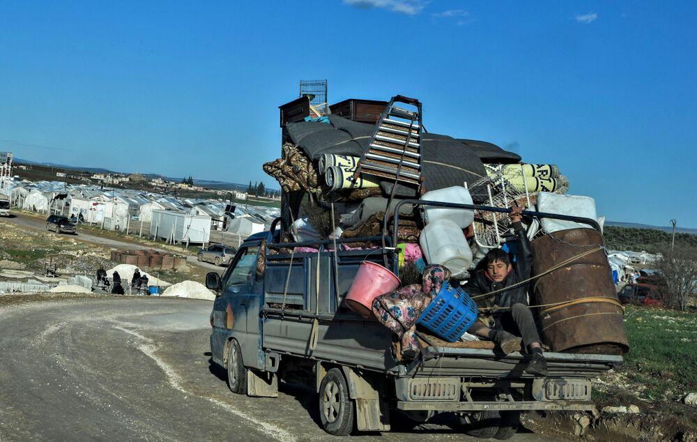 Sírios deslocados de suas casas chegam a campo de refugiados próximo da fronteira turca na província de Aleppo