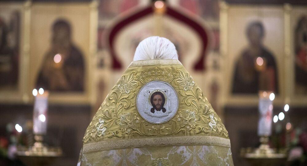 Padre conduz missa na igreja de São Nicolau, em Moscou (foto de arquivo)