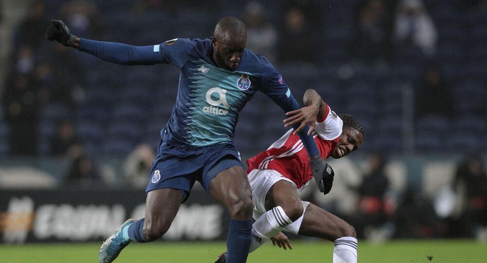 O atacante do Porto, Moussa Marega, tenta dominar a bola em partida válida pela Europa League em 2019.