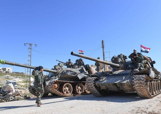 Tropas do Exército sírio em tanques avançando pela província de Aleppo (foto de arquivo)