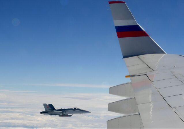 Caça F/A-18 Hornet da Força Aérea da Suíça acompanha o avião da delegação russa (imagem referencial)