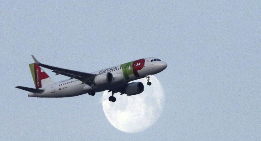 Avião da TAP se aproxima de Lisboa.