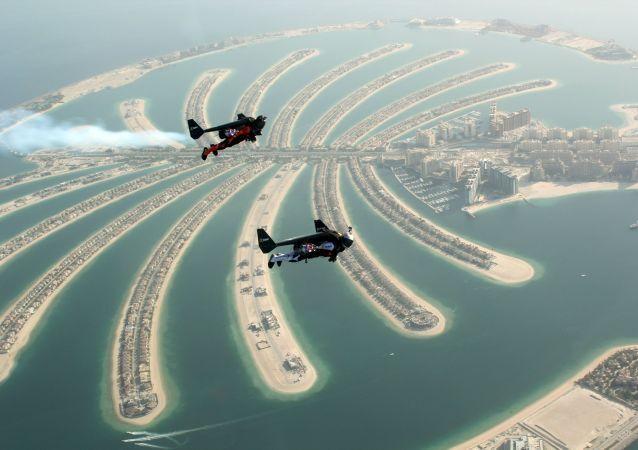 Jetman sobrevoando Dubai (foto de arquivo)