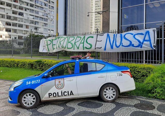 Carro de polícia parado na sede da Petrobras, na Avenida Chile, no Rio de Janeiro, no dia 17 de janeiro de 2020