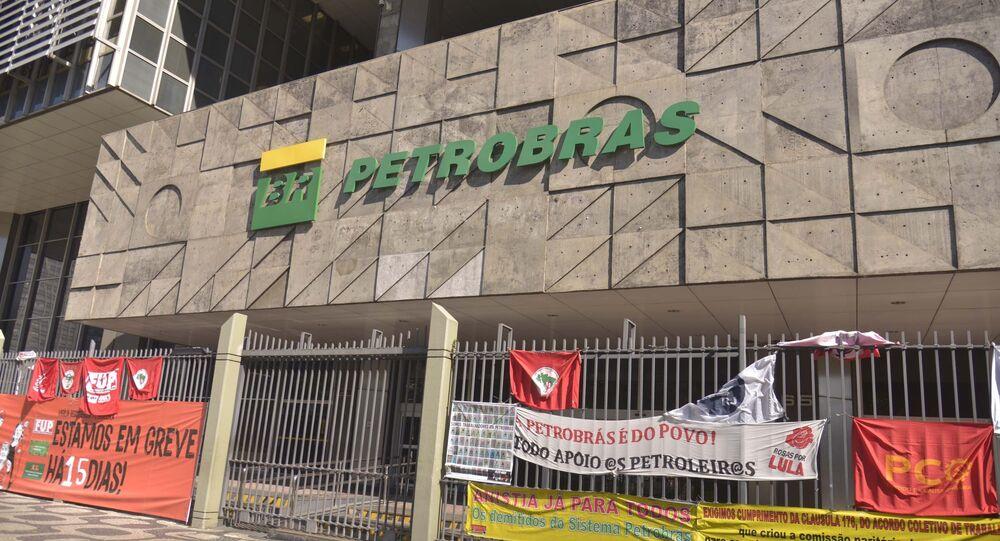 Petroleiros deixam faixas de protesto na sede da Petrobras, no Rio de Janeiro, em 15 de janeiro de 2020