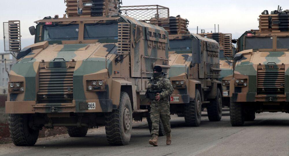 Soldado turco caminha perto de veículos militares turcos perto de Idlib, na Síria, 11 de fevereiro de 2020 (foto de arquivo)