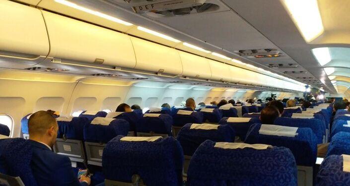 Interior de avião das Linhas Aéreas Sírias do voo de Damasco para Aleppo, Síria