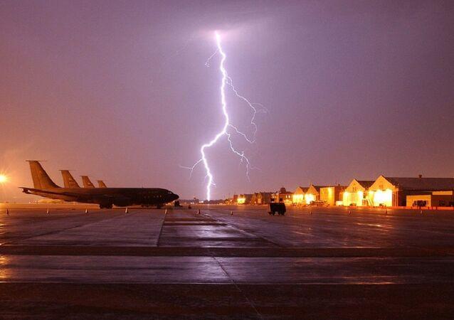 Raio caindo ao fundo de aeronaves no solo (foto de arquivo)