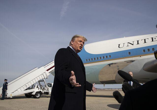 Donald Trump se justificando perante jornalistas em 19 de fevereiro de 2020