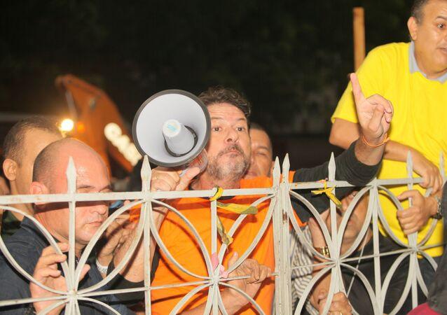 O senador licenciado Cid Gomes (PDT) (de camiseta laranja) durante protesto