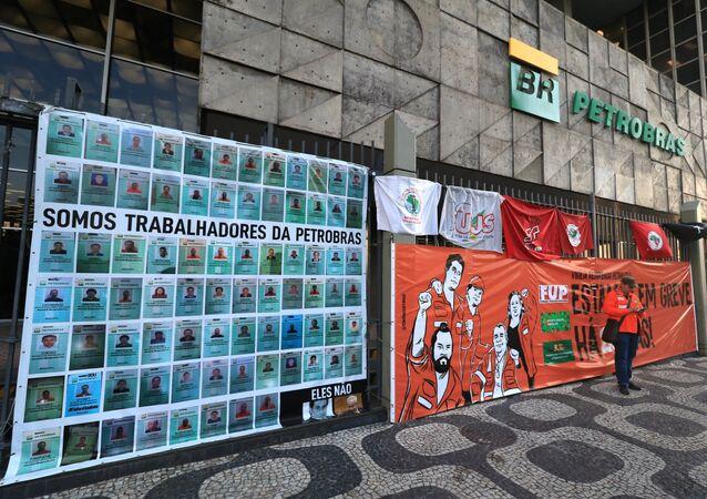 Um grande grupo de petroleiros está acampado na porta da sede da Petrobrás na avenida Chile, centro do Rio.