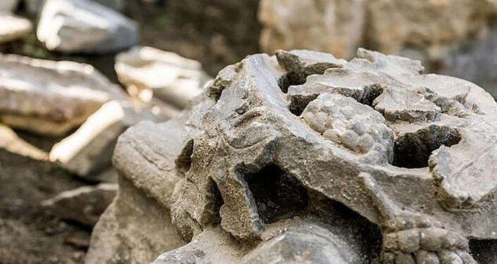 Pedra ornamentada da capela britânica, desaparecida há 370 anos
