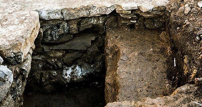 Pedra da parede da capela britânica, desaparecida há 370 anos