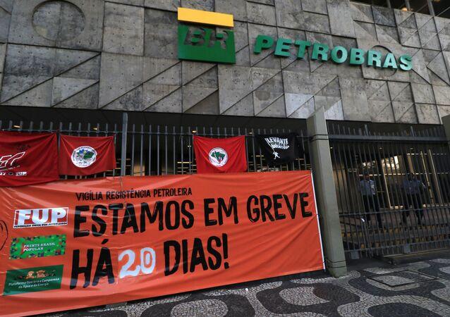 Greve: protesto na fachada da Petrobras no Rio de Janeiro