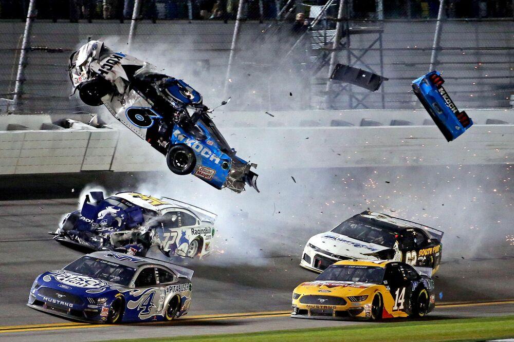 Acidente com o piloto de carros da Copa NASCAR Ryan Newman no Daytona 500, em Daytona Beach, no estado americano da Flórida