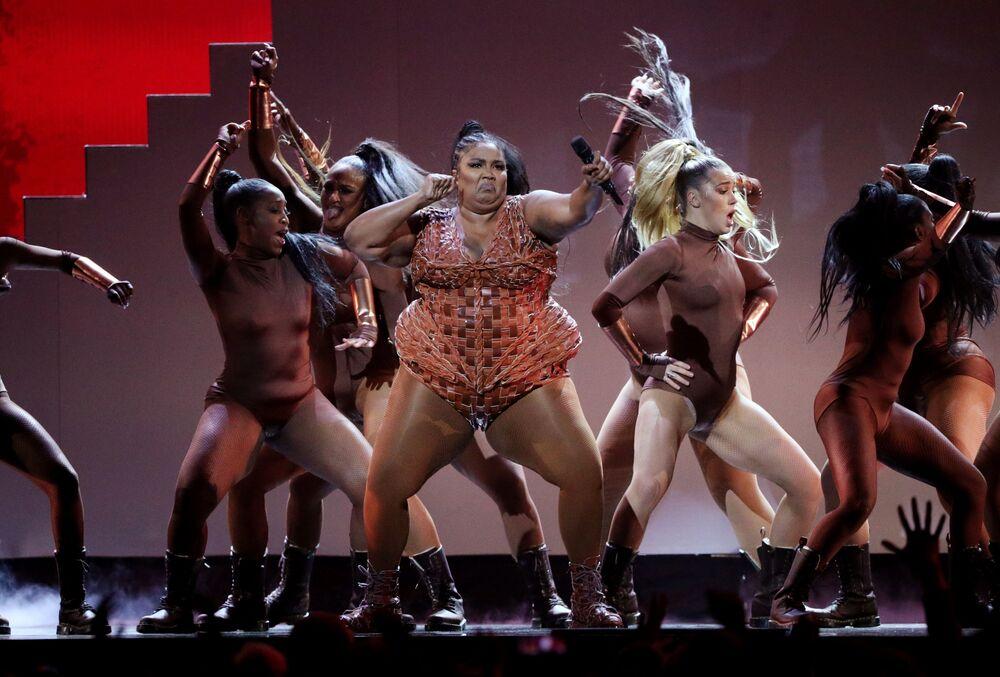 Cantora Lizzo durante apresentação no Brit Awards na O2 Arena em Londres, Reino Unido