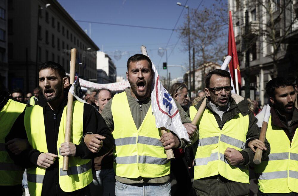 Manifestantes durante protesto em Atenas contra projeto de lei que traz mudanças no sistema previdenciário e de apoio social do país