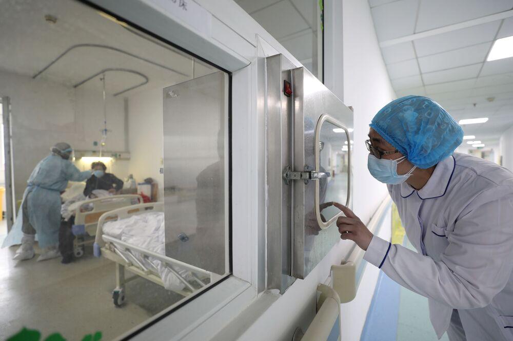 Agente de saúde em uma zona isolada do Hospital Jinyintan em Wuhan, epicentro do surto do coronavírus na China