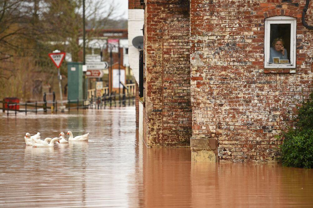 Rua inundada após tempestade Dennis na cidade britânica de Bewdley