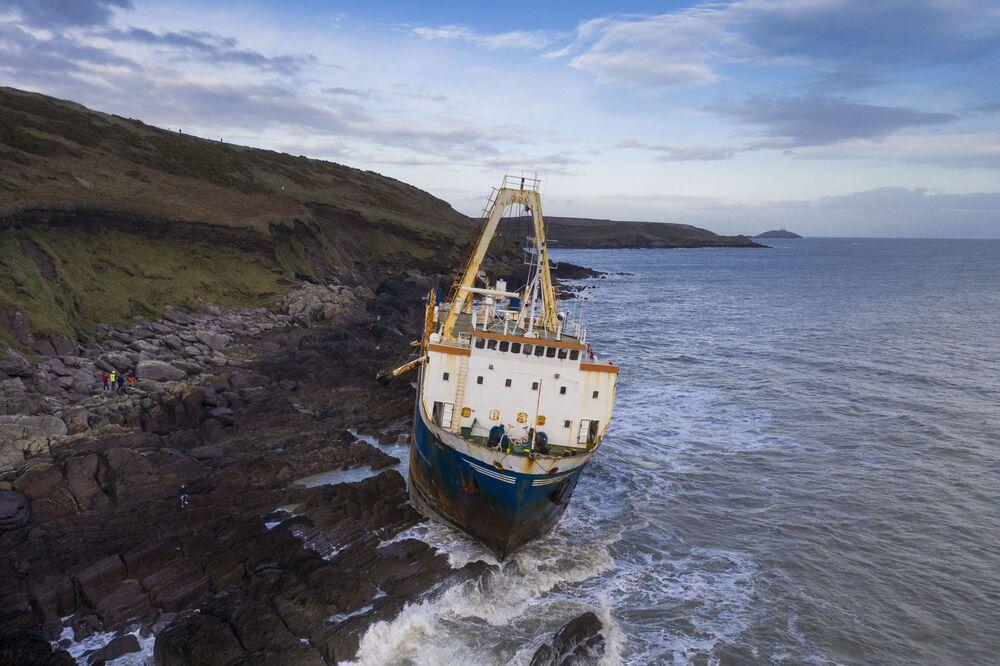 Navio mercante Alta na costa irlandesa após ficar encalhado nas rochas próximo do vilarejo de Ballycotton
