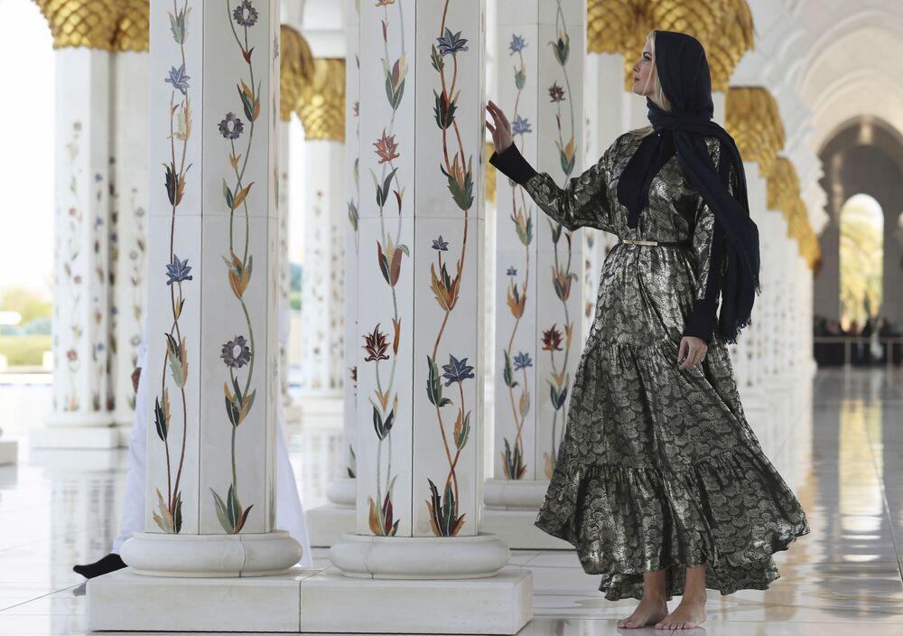 Ivanka Trump, filha e conselheira sênior do presidente americano, Donald Trump, visitando a Grande Mesquita Sheikh Zayed, em Abu Dhabi, Emirados Árabes Unidos