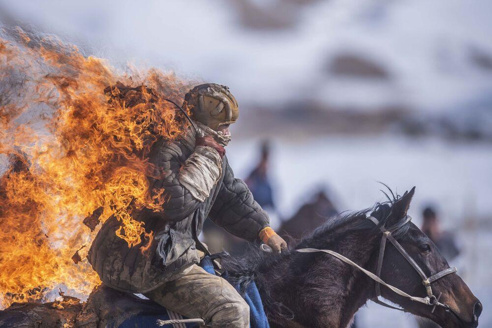 Dublê durante apresentação no jogo de Kok-boru no vilarejo de Kazybek no distrito de At-Bashin, no Quirguistão