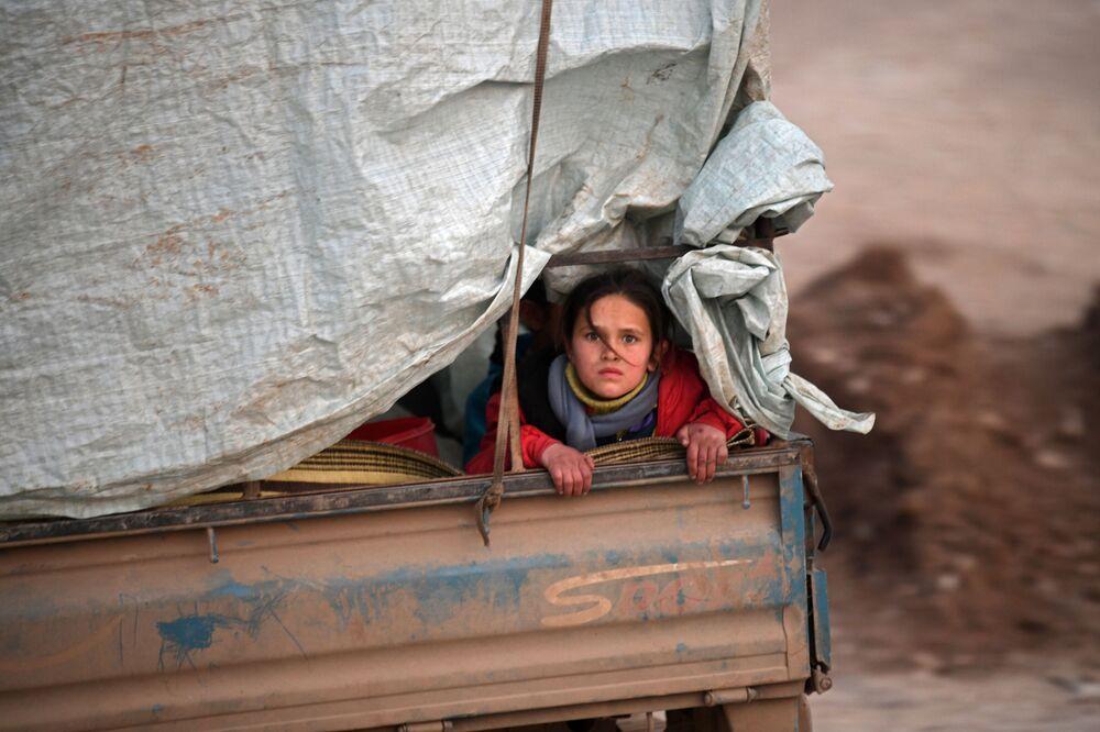 Refugiada síria em caminhão ao longo da fronteira de seu país com a Turquia