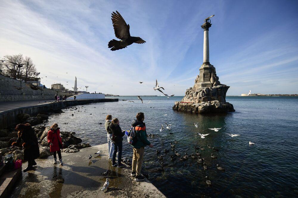 Monumento dedicado aos navios naufragados em Sevastopol, Crimeia, Rússia