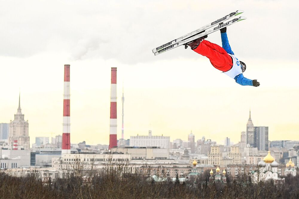 Artyom Potapov durante apresentação de acrobacia de ski masculina durante a Copa do Mundo 2019/2020 de Freestyle em Moscou, Rússia