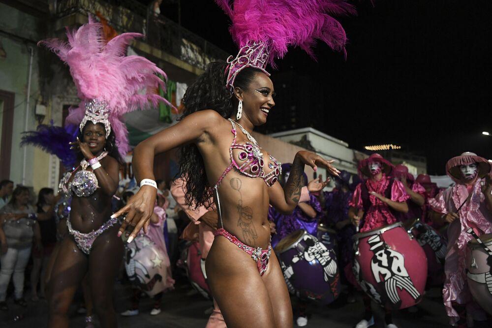 Dançarinas celebrando o mais longo Carnaval do mundo no Uruguai