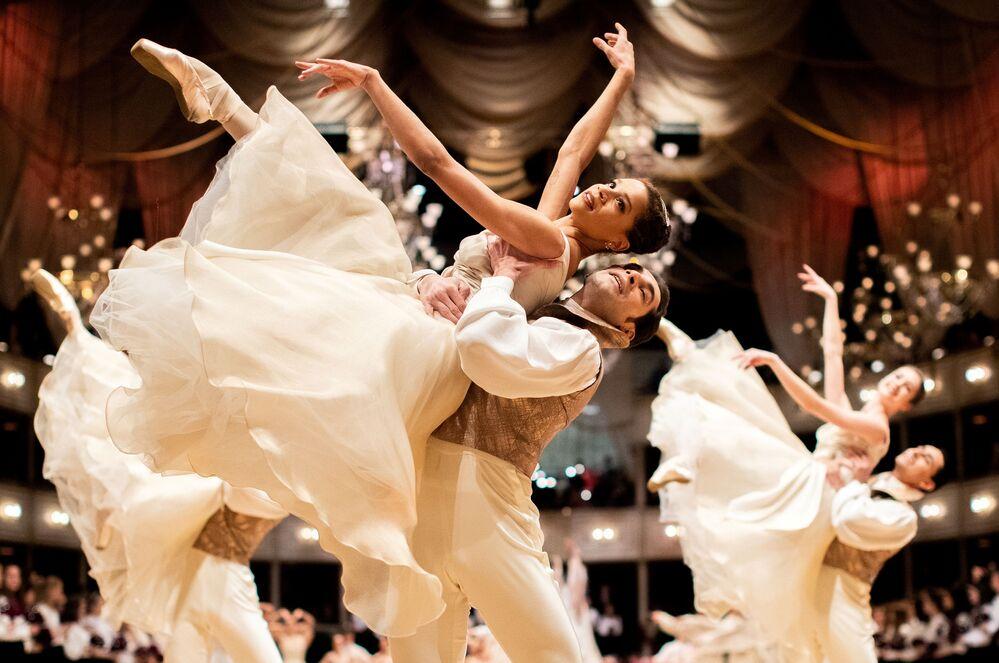 Bailarinos da Ópera Estatal austríaca durante apresentação em Viena, capital da Áustria