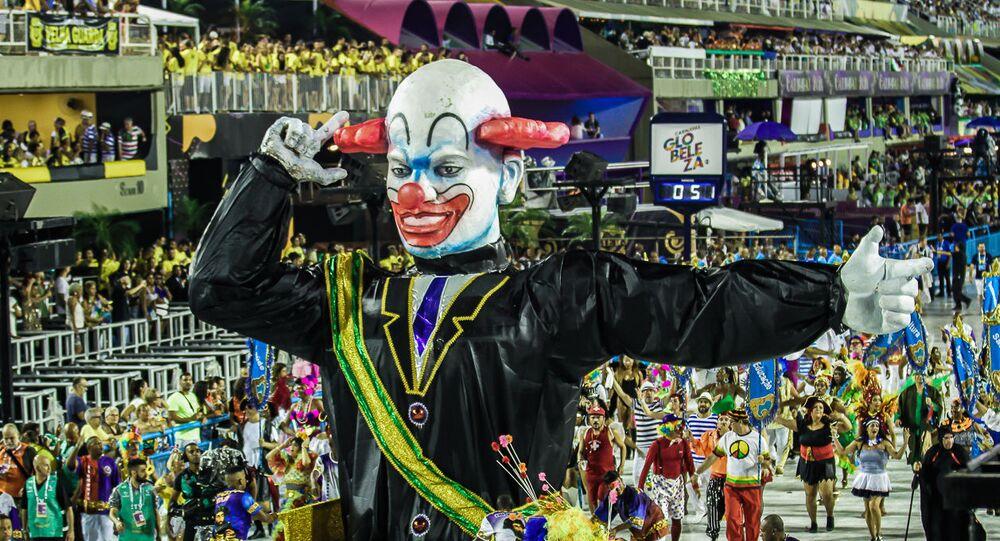 Tripé da escola de samba Acadêmicos do Vigário Geral representando o presidente brasileiro, Jair Bolsonaro, durante o desfile da Série A na Sapucaí.