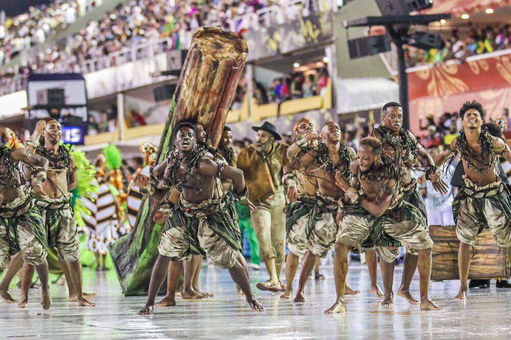 Membros da escola de samba Acadêmicos do Cubango durante desfile da Série A do Carnaval do Rio de Janeiro de 2020.