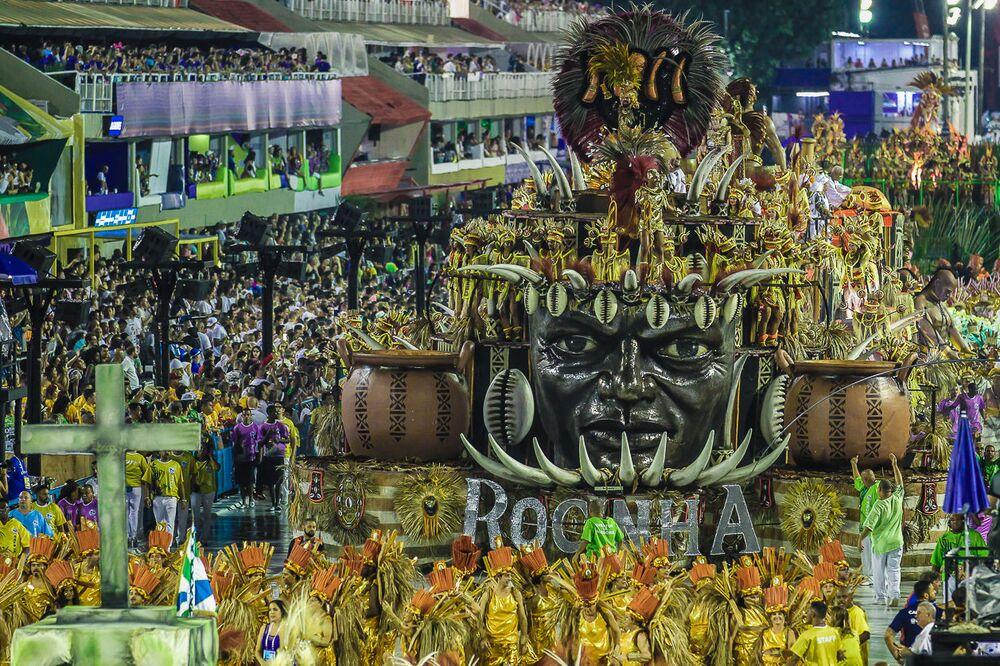 Carro alegórico da escola de samba Acadêmicos da Rocinha durante desfile da Série A na Sapucaí.