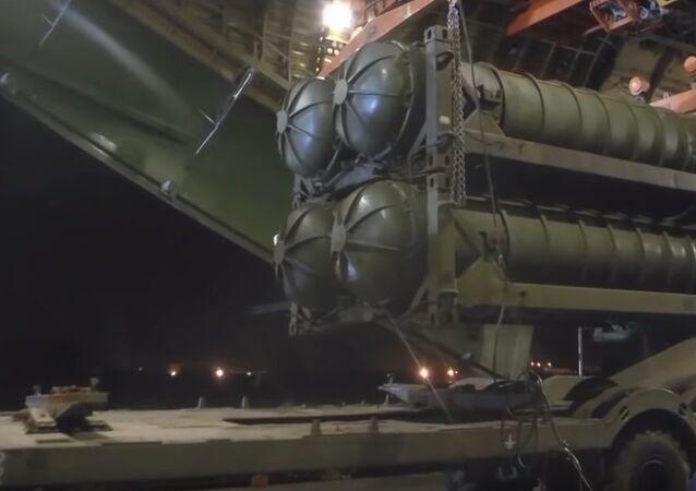 Imagem do sistema de mísseis russos S-300 sendo entregue às forças sírias (arquivo)