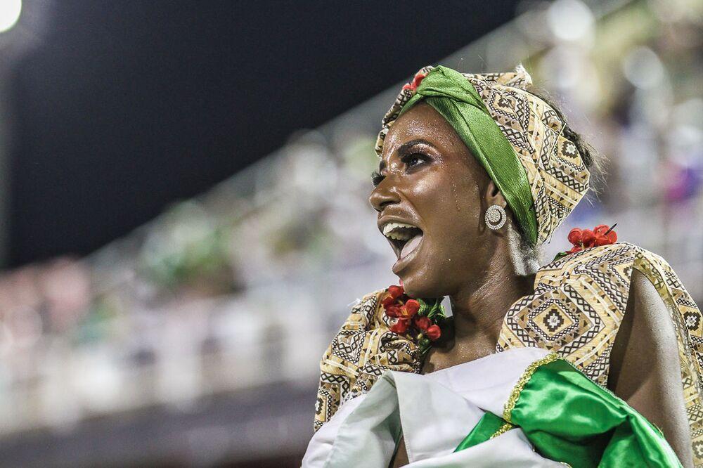 Passista da Império Serrano durante desfile da Série A no Rio de Janeiro.