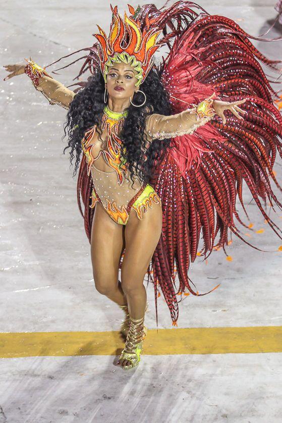 Passista da Porto da Pedra durante desfile da Série A no carnaval do Rio de Janeiro.