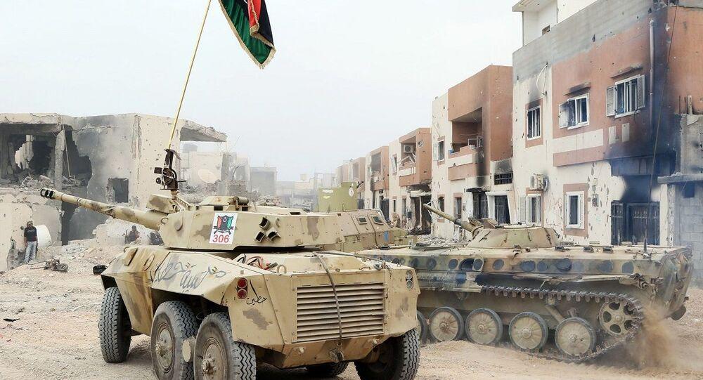 Um EE-9 Cascavel, de produção brasileira (à esquerda), e outros veículos blindados durante conflito armado na Líbia