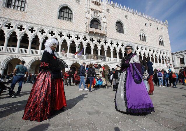 Mulheres com trajes típicos do Carnaval de Veneza (foto de arquivo)